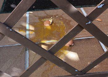 Condenamos el acto vandálico cometido en la vivienda particular de nuestro  portavoz, atacada con huevos y notas amenazantes